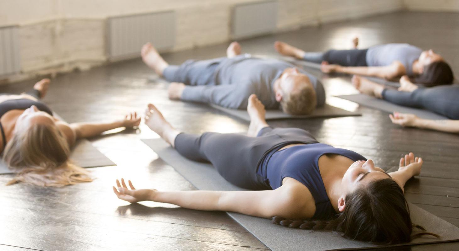 Groupe de personne pratiquant le yoga nidra