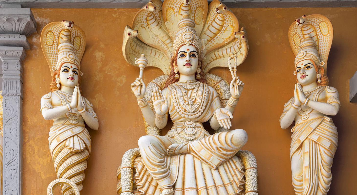 Exemple de statue représentant Patañjali sur l'extérieur d'un temple hindou
