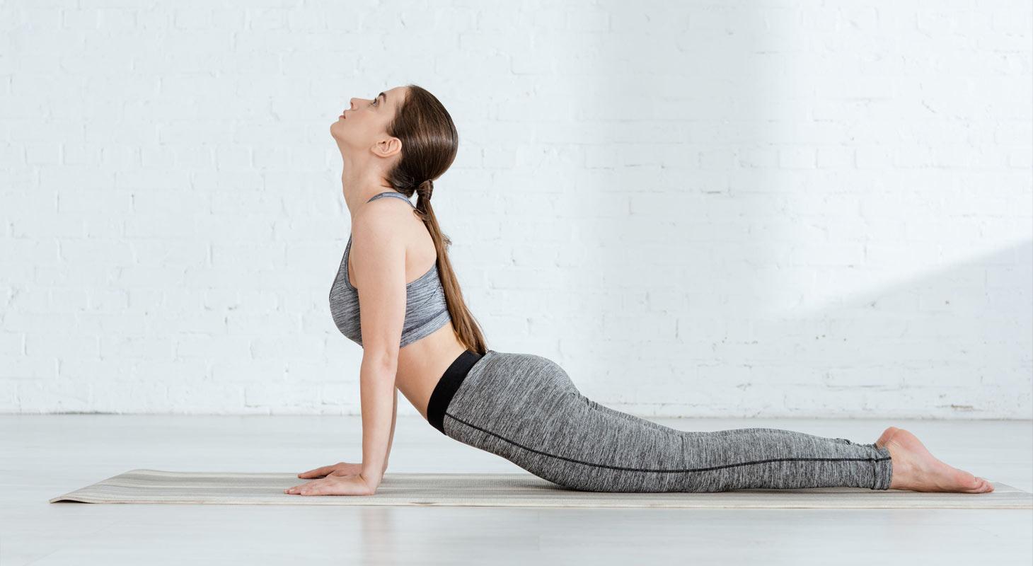 Femme pratiquant le yoga dans la posture du yoga