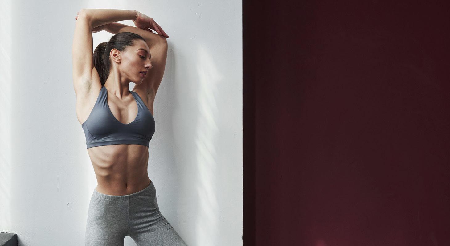 Femme dans une ose dans un studio de yoga