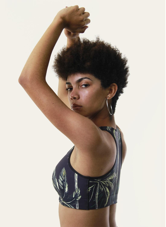 Jeune femme en brassière de yoga Rio de Janeiro