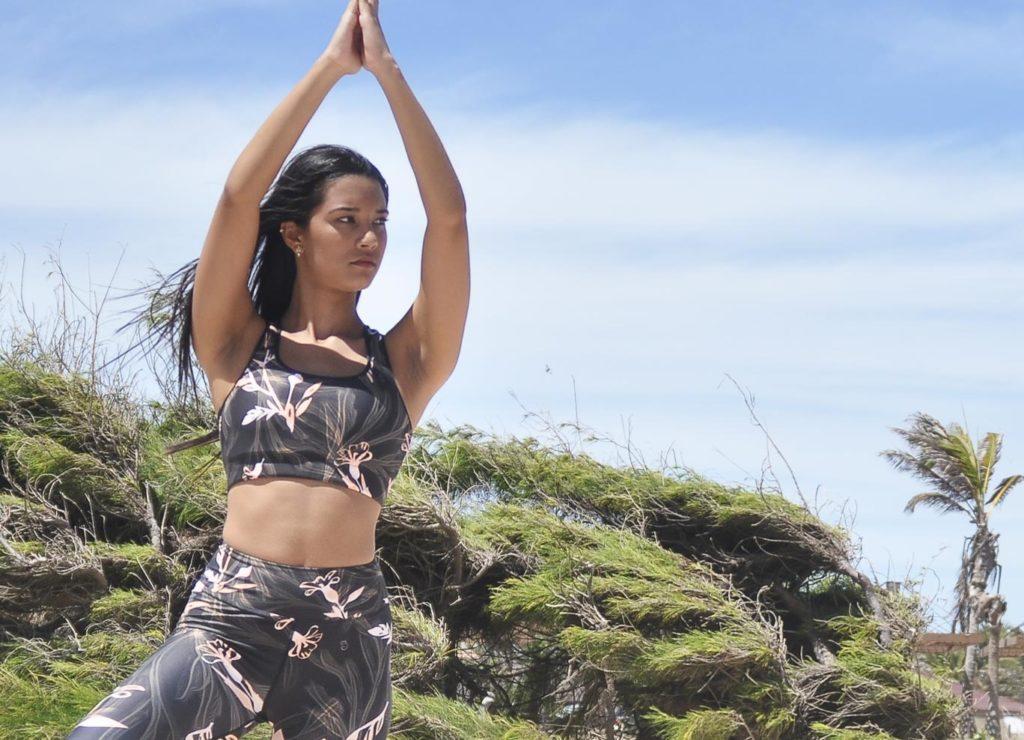 Jeune femme en tenue de legging de yoga et brassière namaste