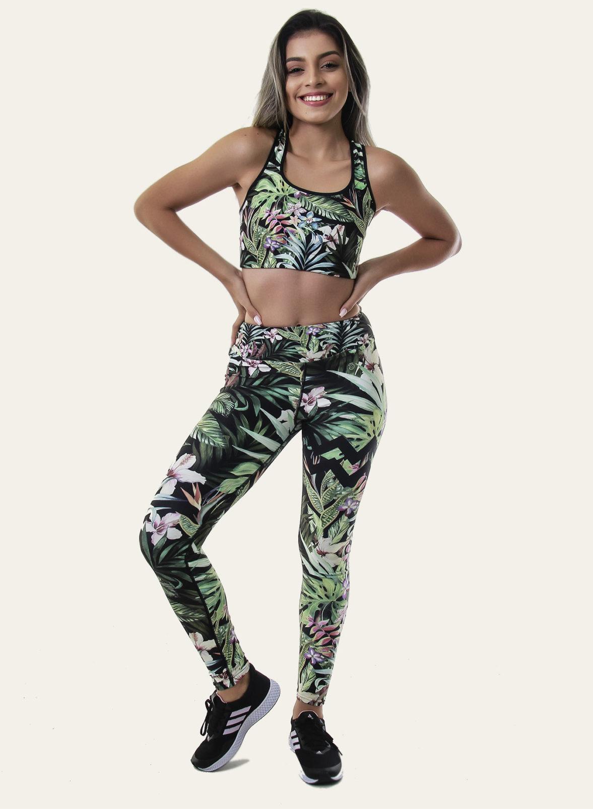 Jeune femme en legging de yoga amazonia