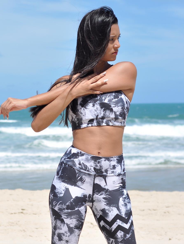 Jeune femme en tenue de yoga sur la plage