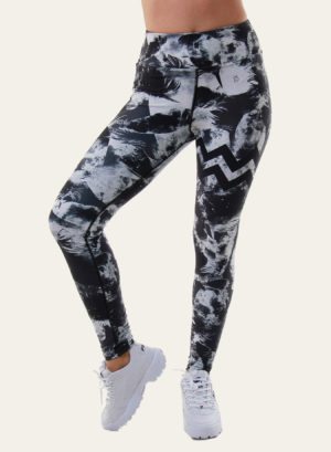 Jeune femme en legging de yoga Black feather