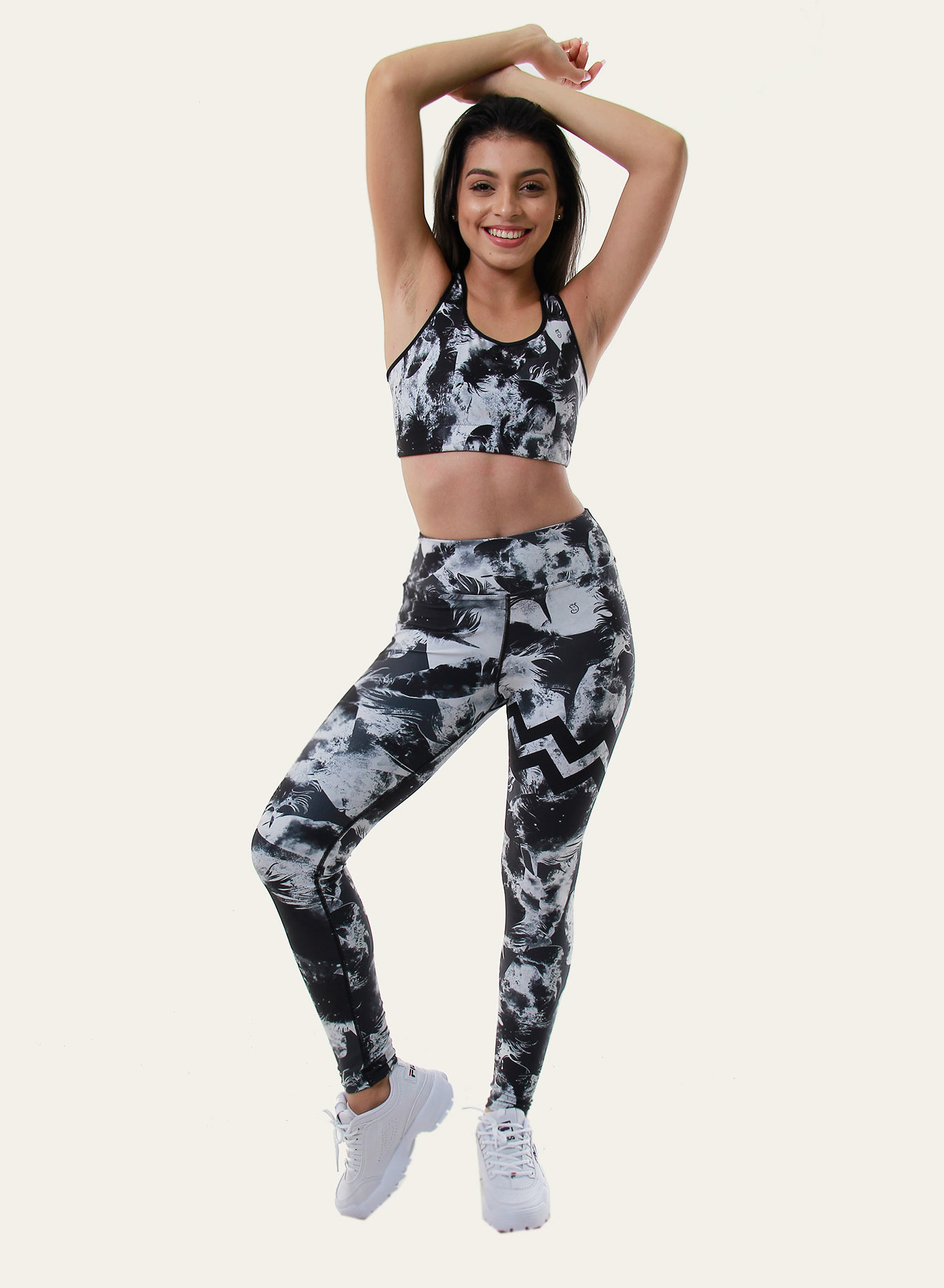 Jeune femme en legging de yoga Black feather