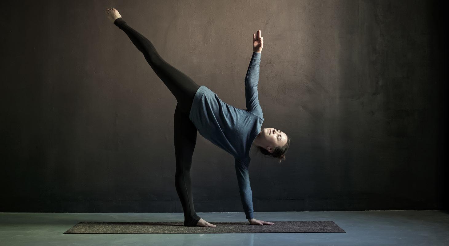 Femme pratiquant le yoga dans la posture de la demi lune
