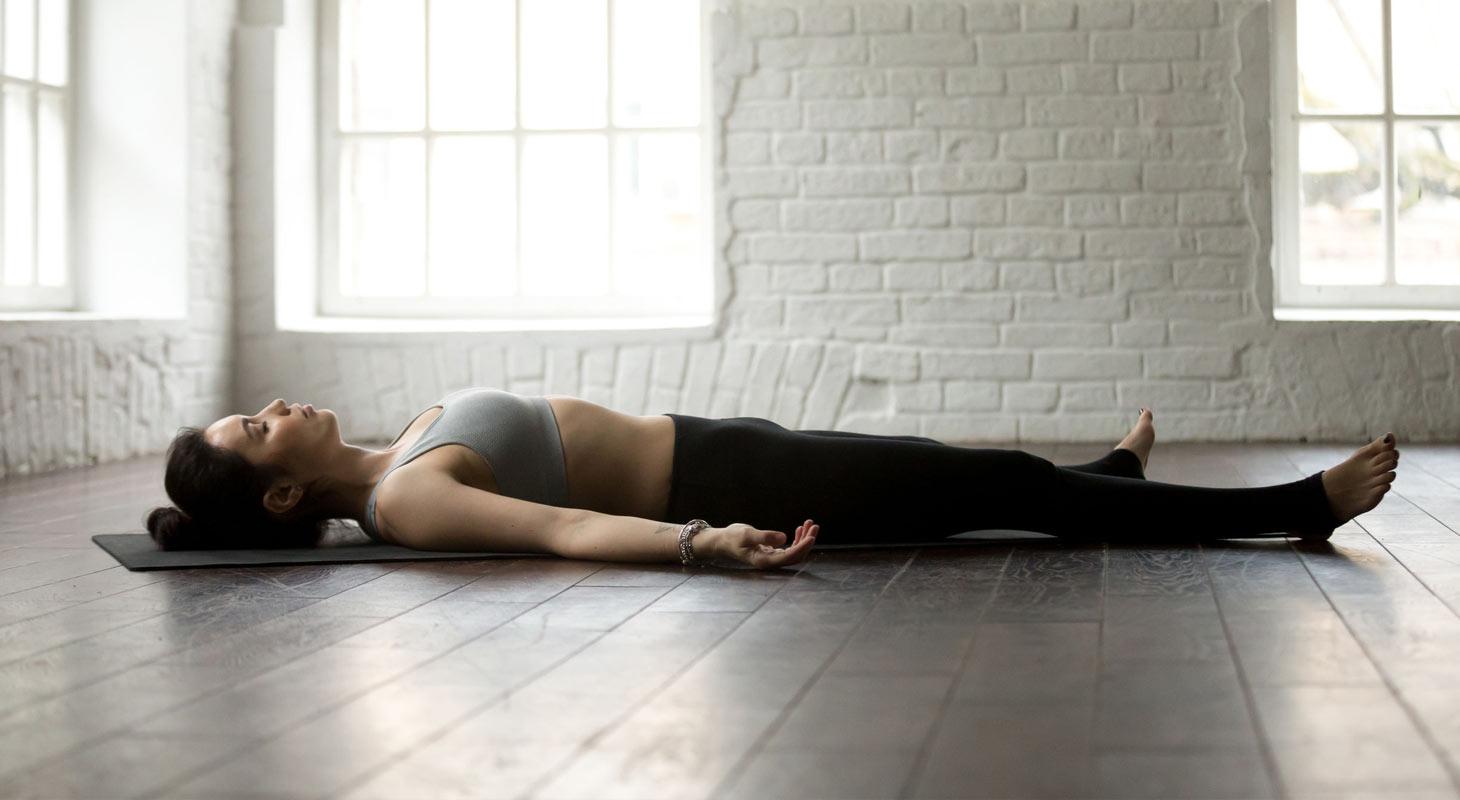 Jeune femme dans la posture du cadavre (Shavâsana)
