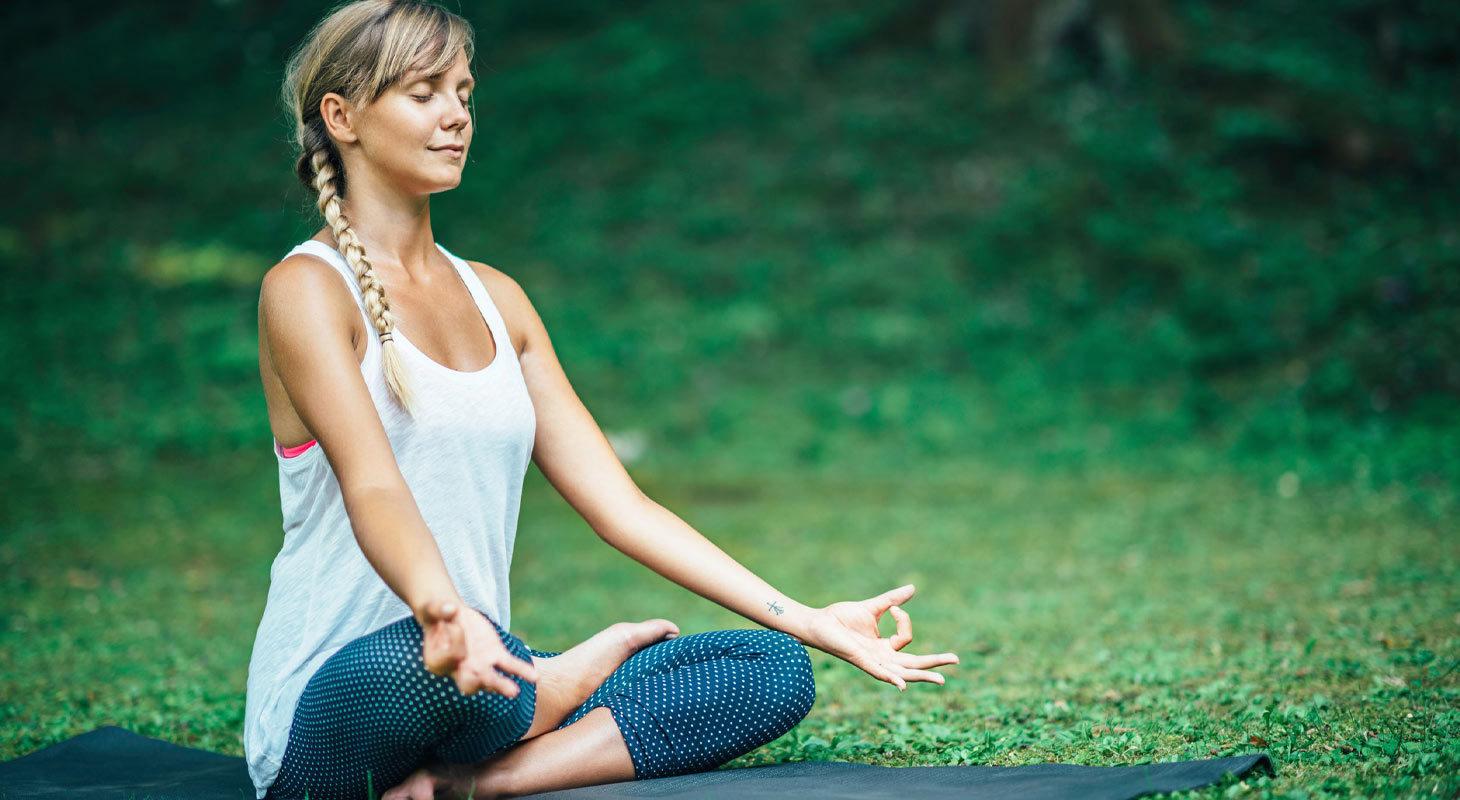 Femme dans la position du lotus
