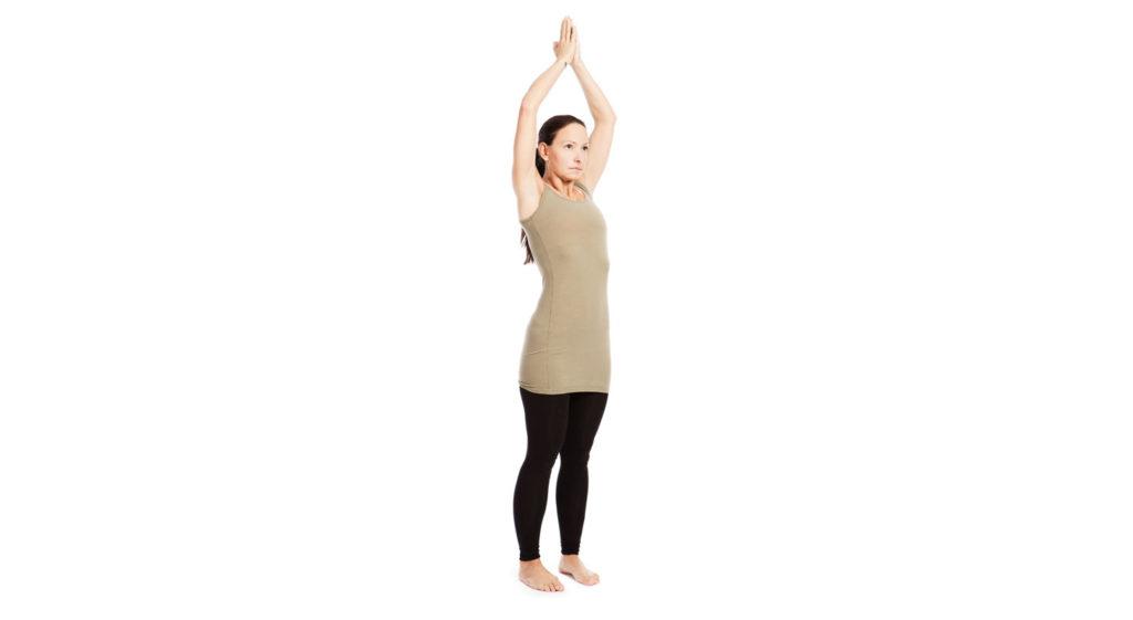 Jeune femme faisant la salutation ascendante – Urdhva Hastasana