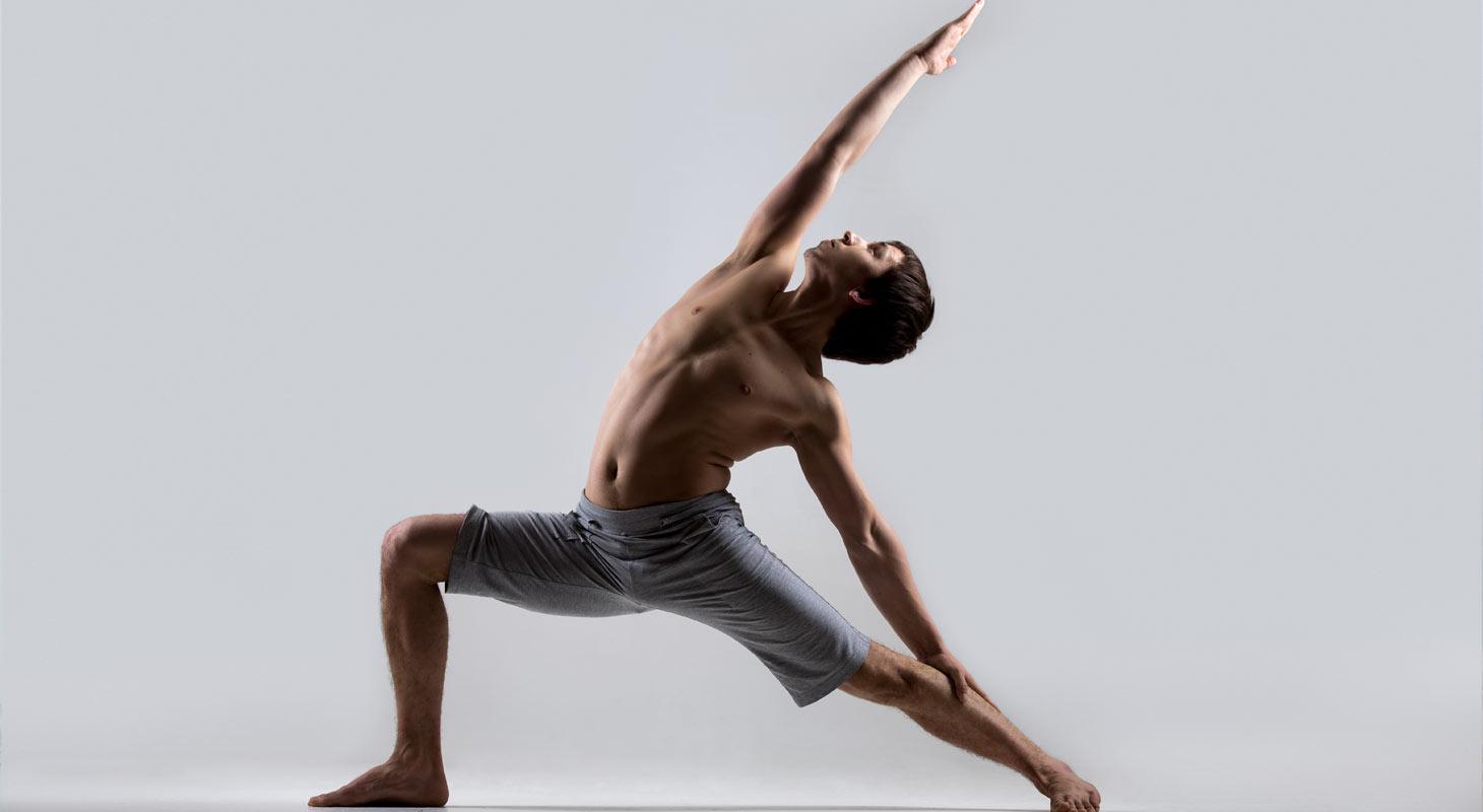 Homme pratiquant le yoga dans la position du guerrier du soleil