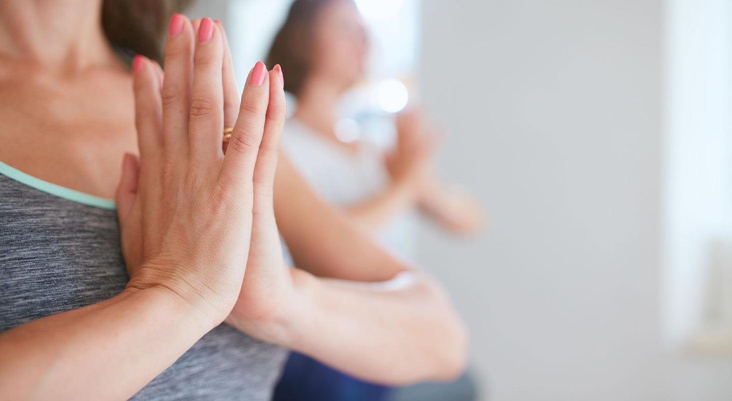 Mains jointes en cours de yoga