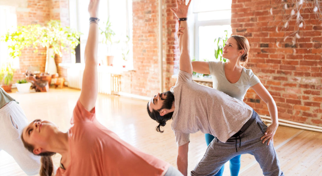 Professeur de yoga qui corrige un éleve