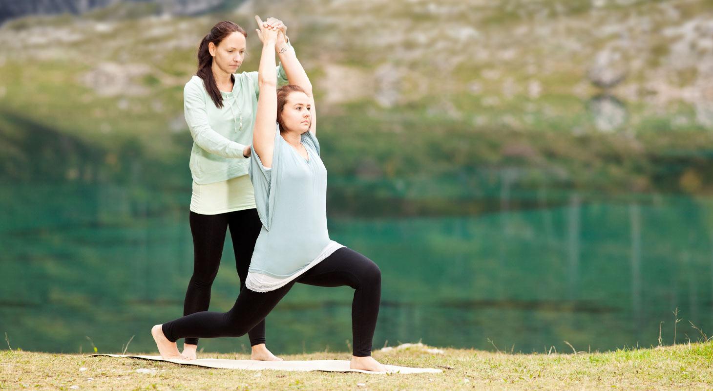 Professeur de yoga et son élève en pleine nature