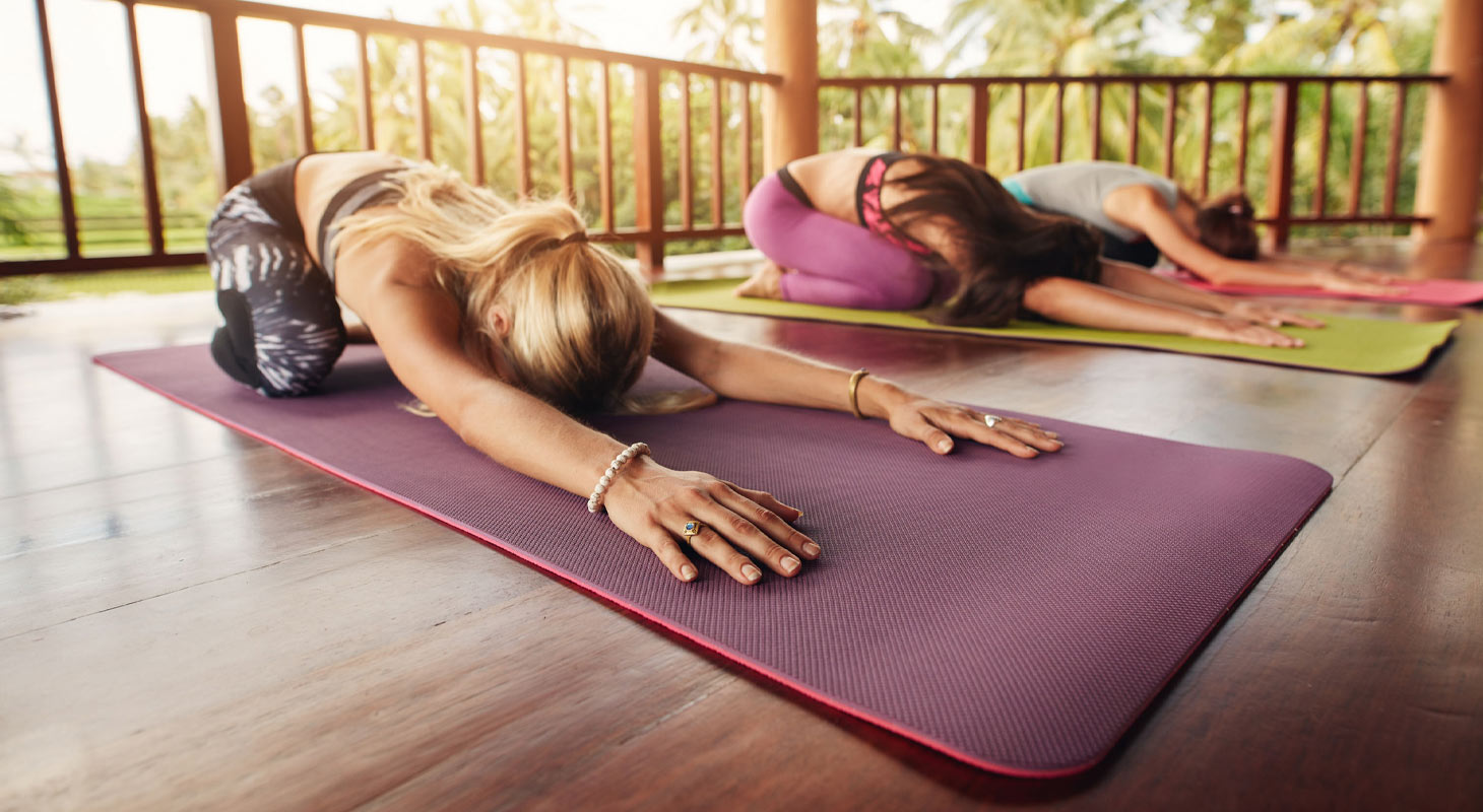3 pratiquants de yoga s'entrainent