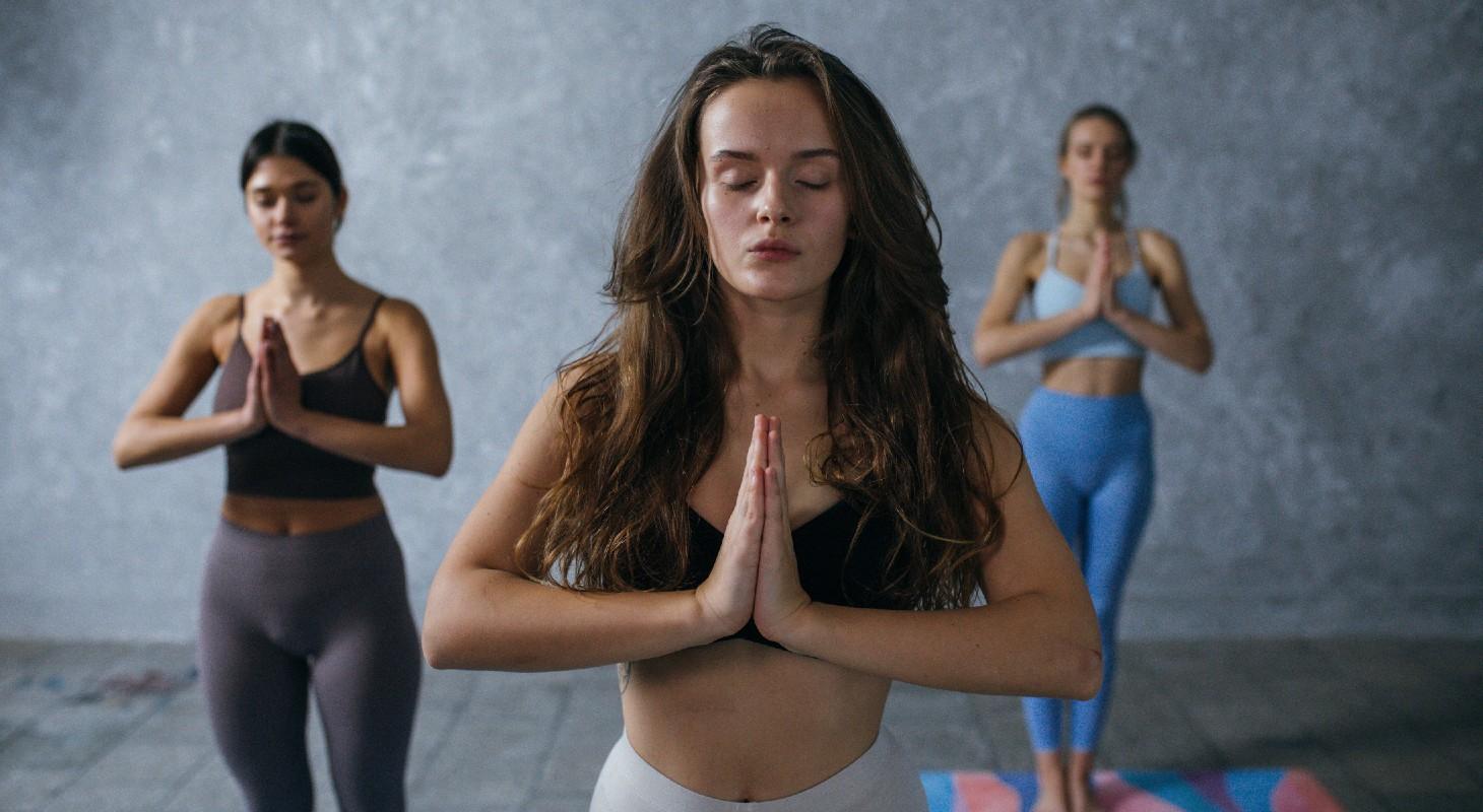 3 femmes pratiquant la méditation