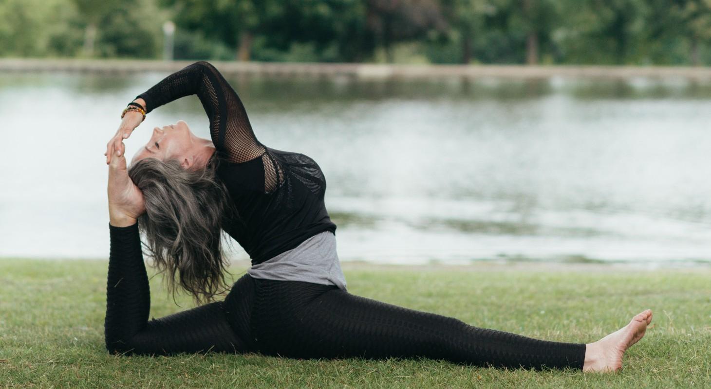 femme dans un parc pratiquant le yoga