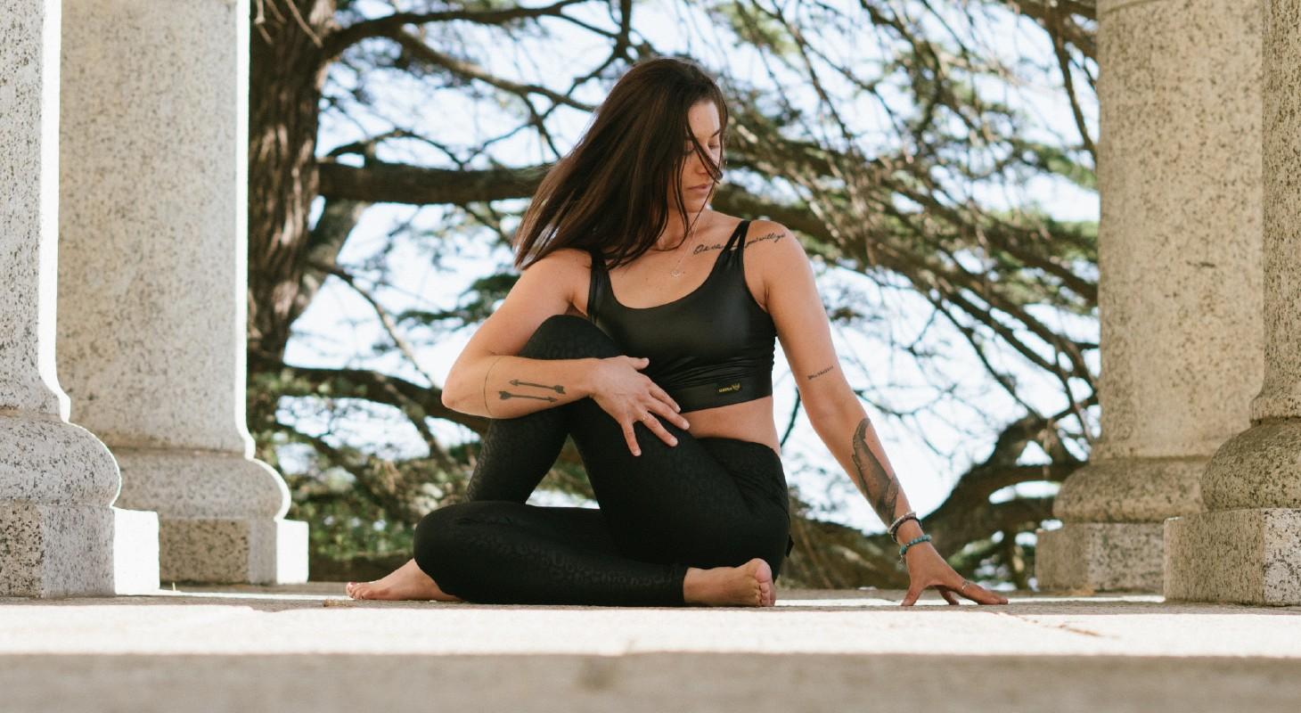femme pratiquant le yoga en extérieur