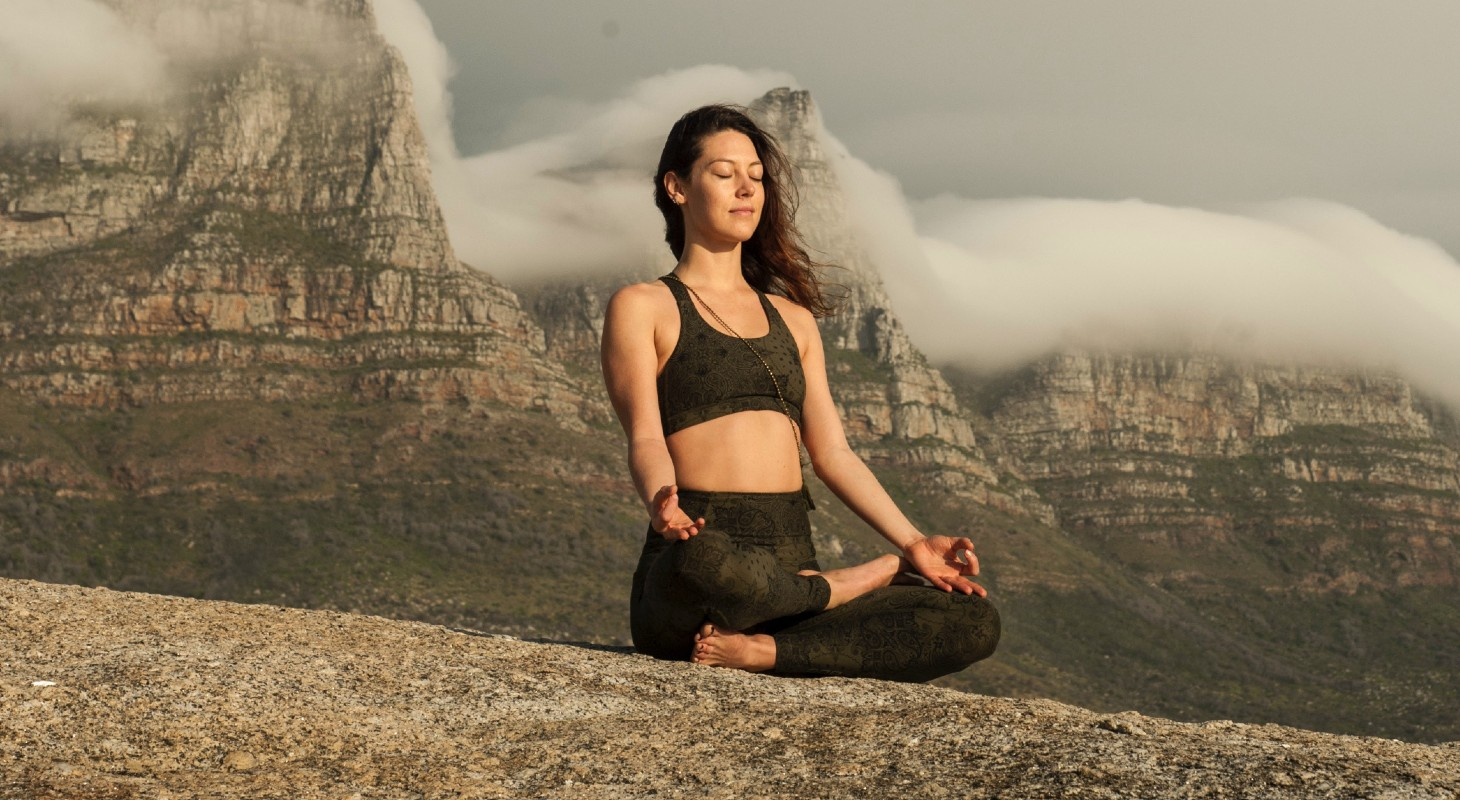 femme pratiqua,t le yoga dans les montagnes