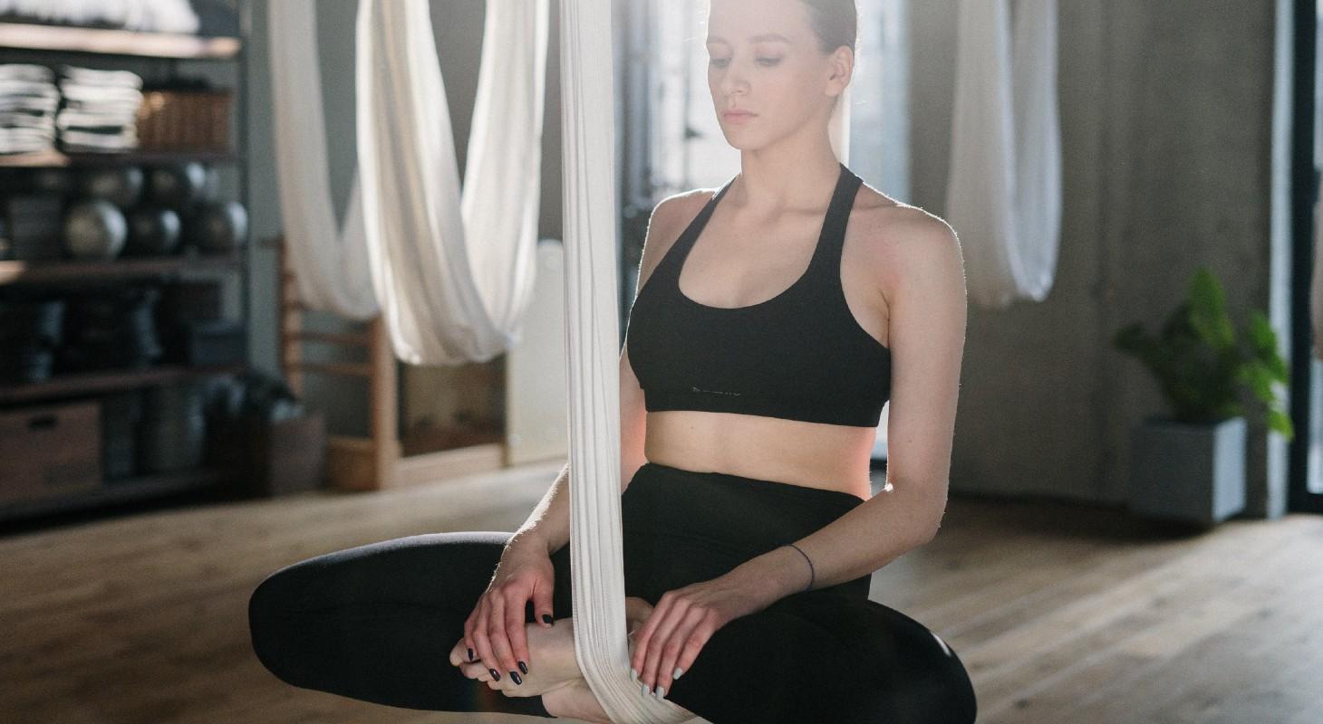 Femme qui s'entraine au yoga