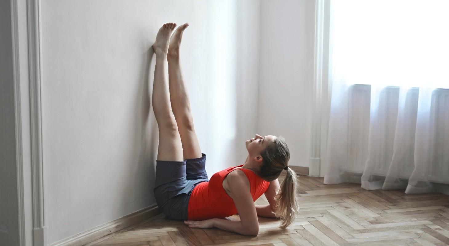 Posture de yoga les jambes au mur
