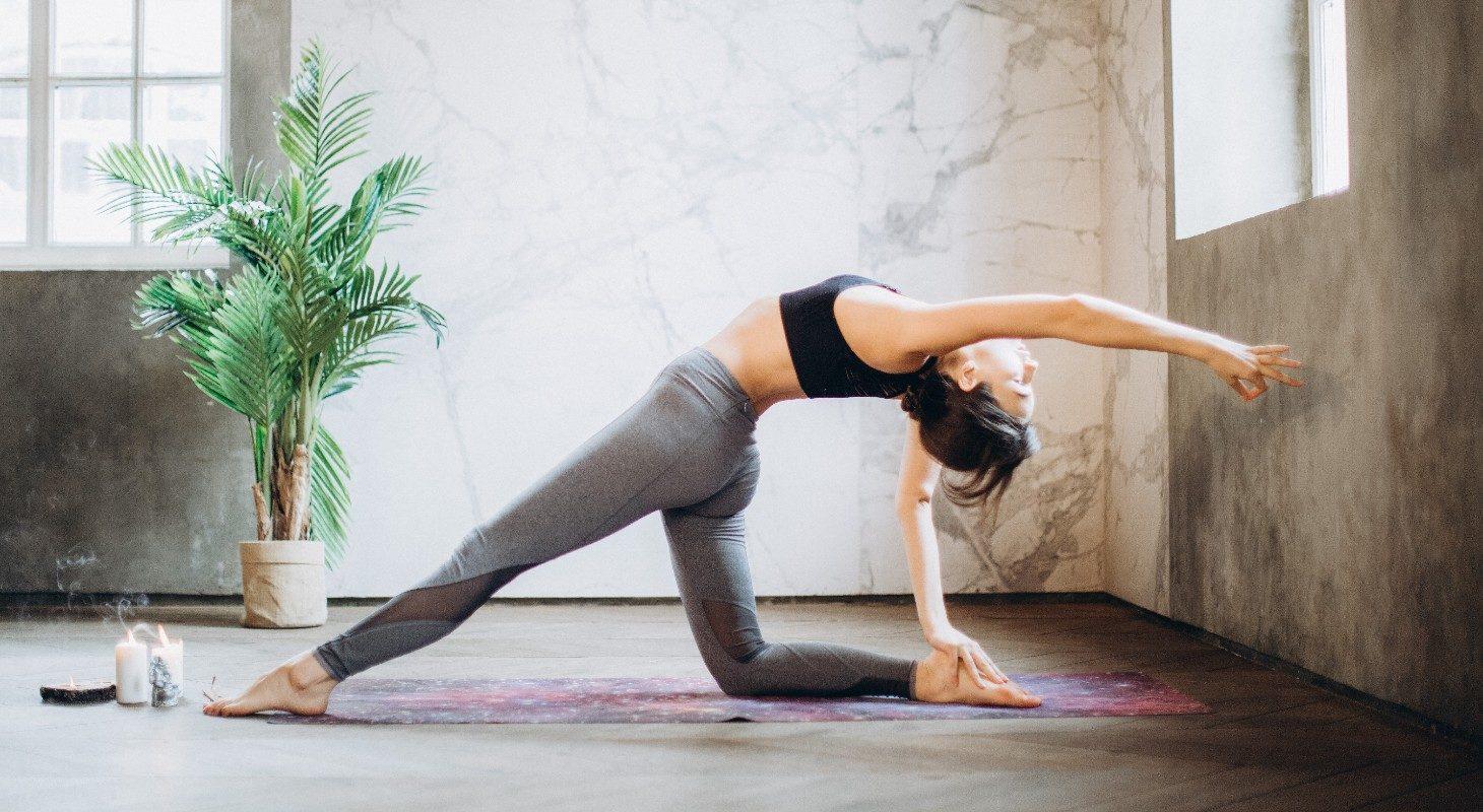 Jeune femme en legging qui pratique le yoga