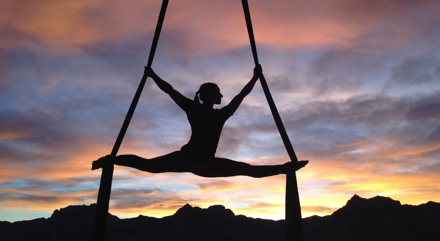 silhouette de femme pratiquant du yoga