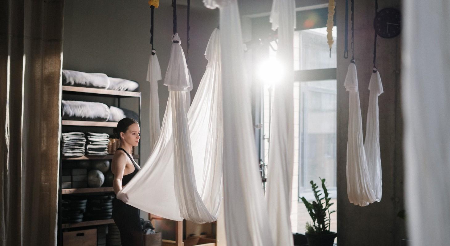 femme dans un studio de yoga aérien