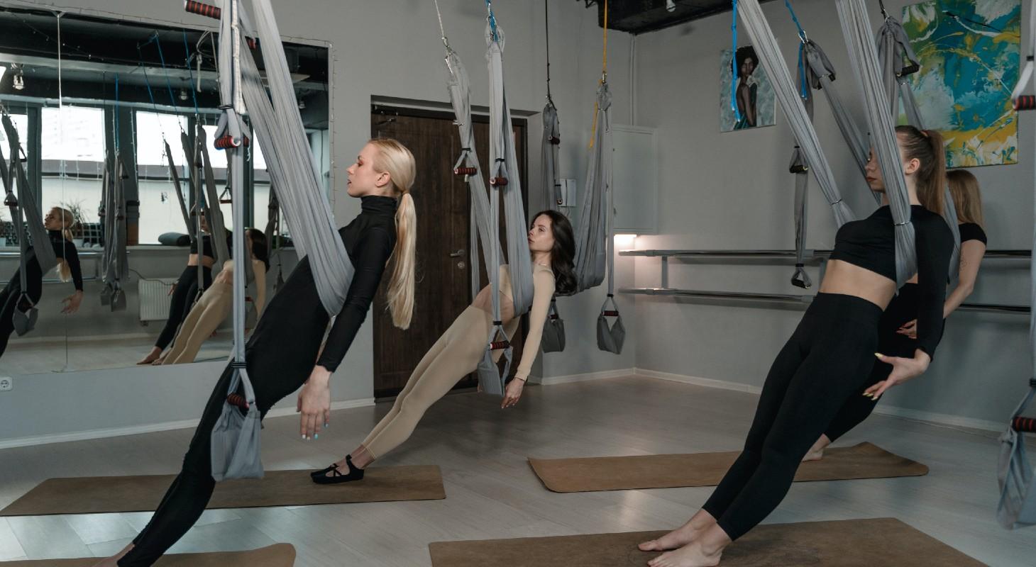 femmes pratiquant le yoga aérien