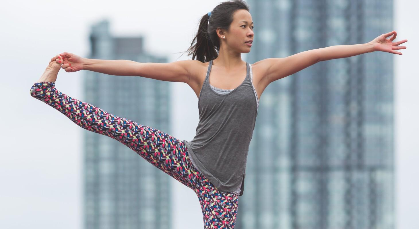 femme pratiqueant le yoga en legging coloré