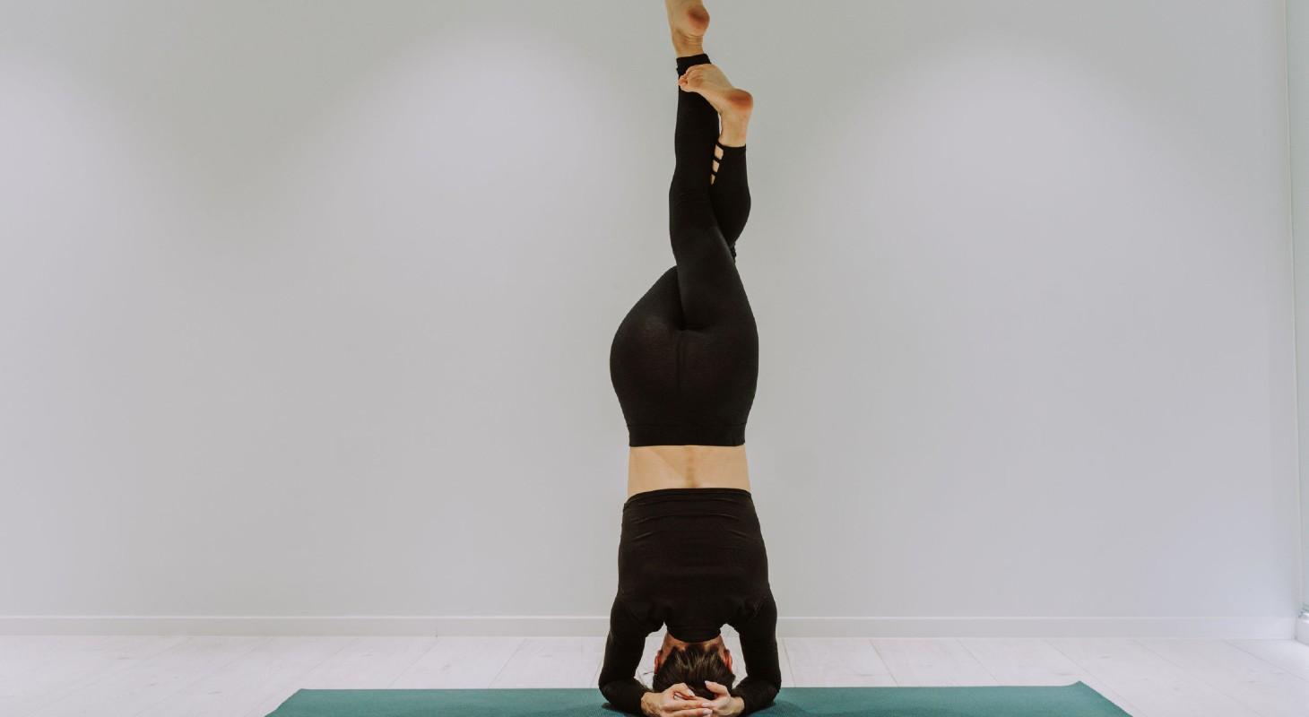 posture de yoga sur la tête