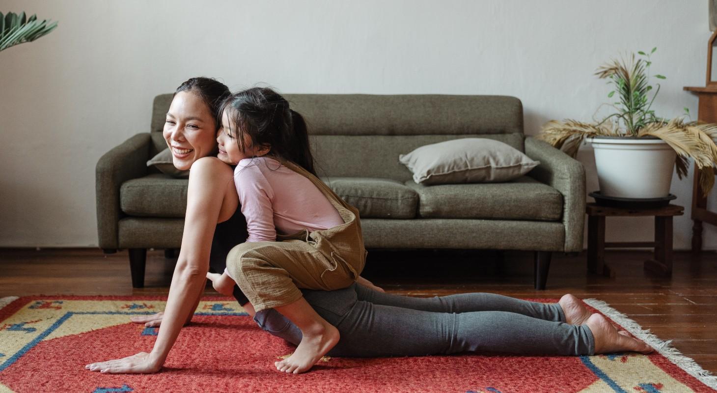 une maman pratiquant le yoga avec sa fille