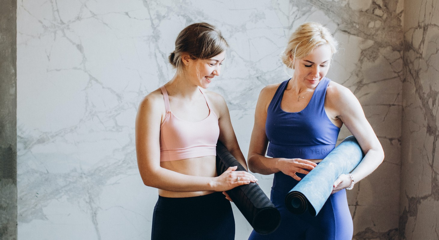 2 jeunes femmes avec leur tapis de yoga sous leur bras