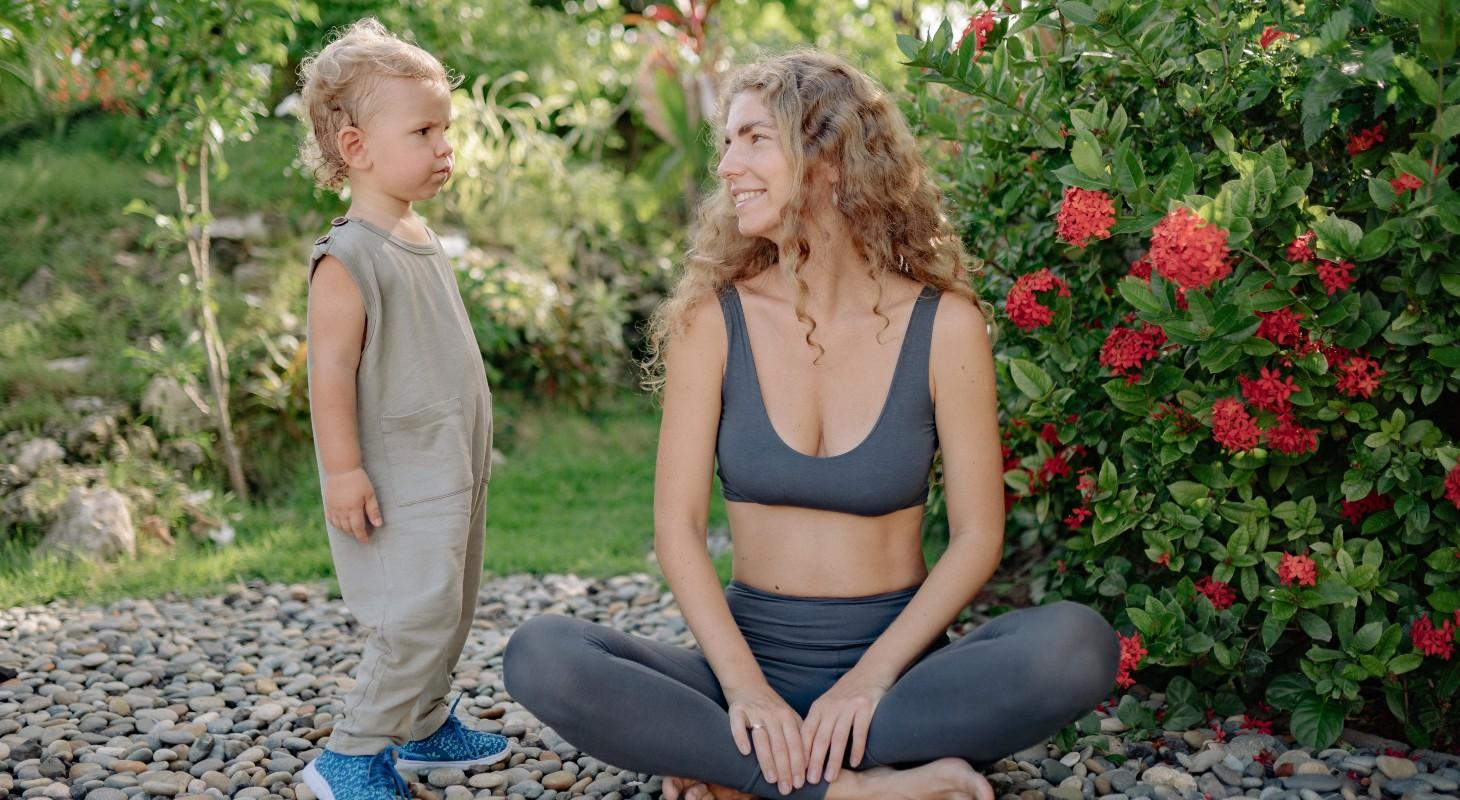 femme réalisant une posture de yoga pour déstresser