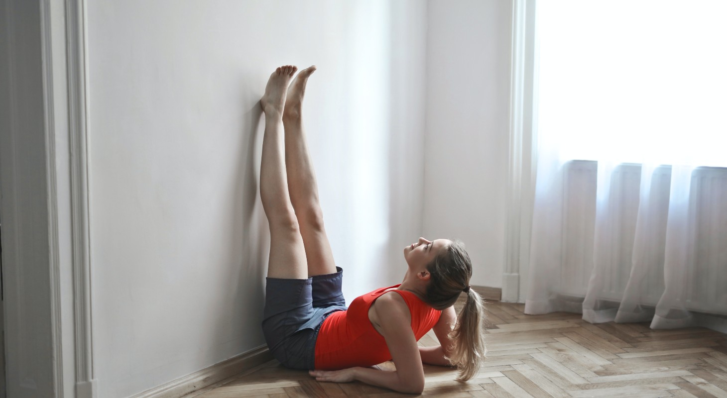 jeune femme pratiquant le yoga : les jambes au mur