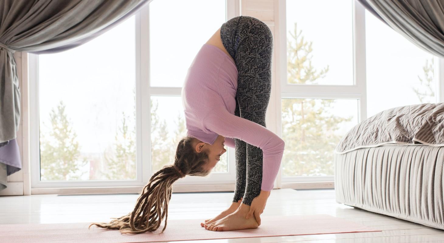 jeune femme pratiquant la posture de yoga pince debout